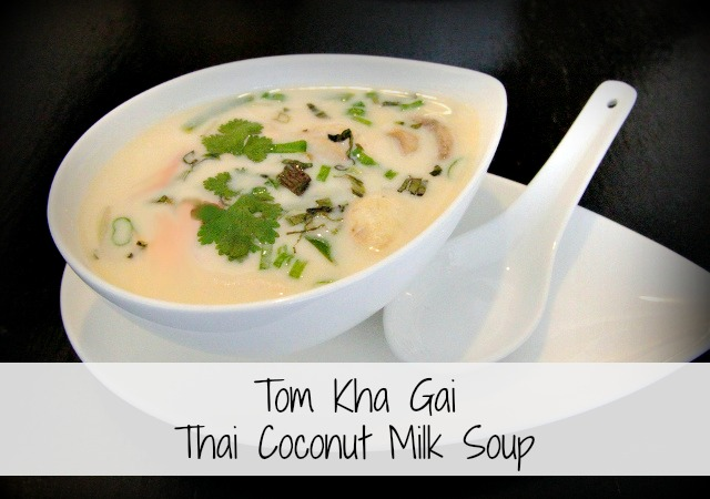 A delicious and easy thai coconut soup (Tom Kha gai) made using few ingredients and without any processed foods. Healthy and full of flavor! #coconut #Thai #soup #healthyrecipes #healyeatsreal