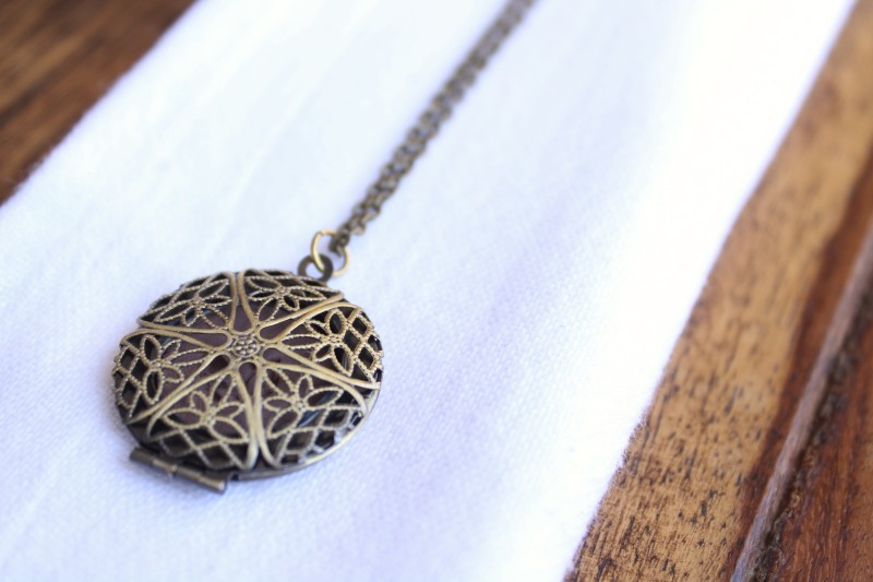 diffuser necklace bronze